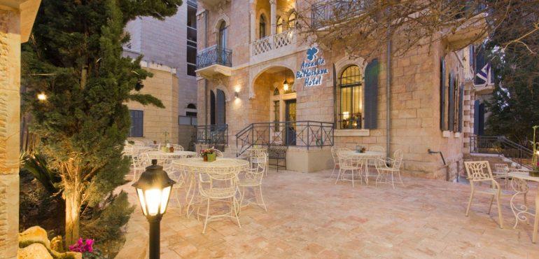 מלון ארקדיה במושבה ירושלים – חזית בשעת ערב