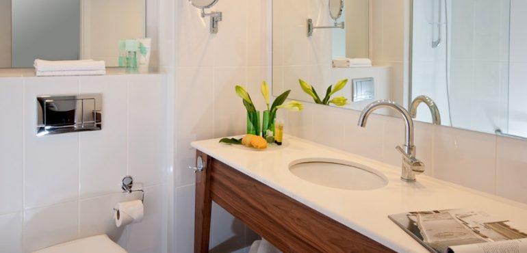 מלון יו קוראל ביץ' אילת – חדר אמבטיה