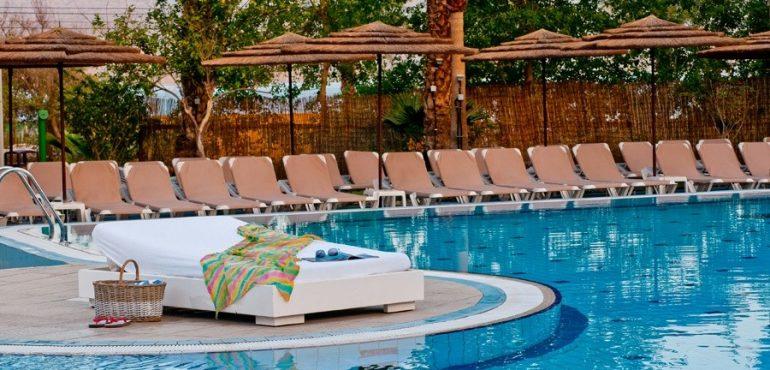 מלון יו קוראל ביץ' אילת – כסאות סביב בריכת המלון