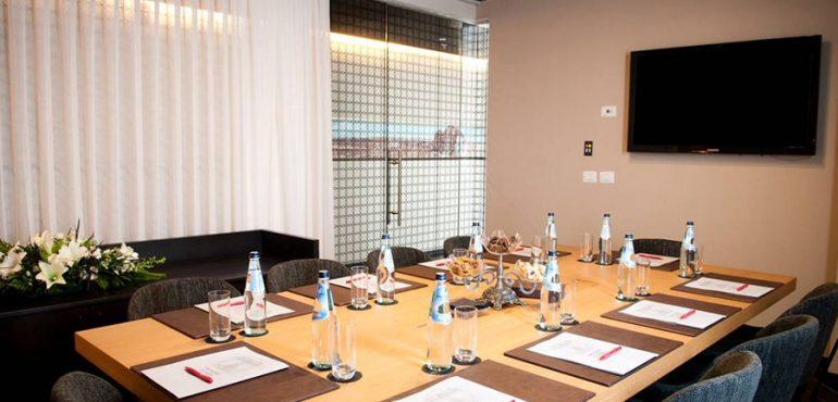 מלון לאונרדו בוטיק רחובות – חדר ישיבות מונה ליזה