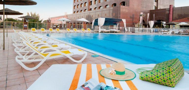 מלון לאונרדו נגב באר שבע – בריכה גדולה עם מרבצי שיזוף
