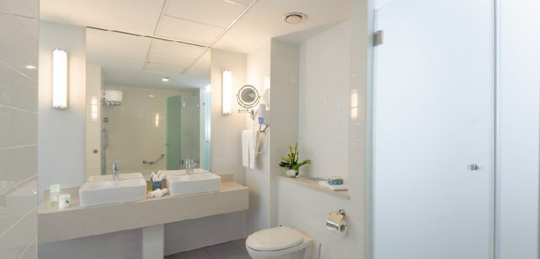מלון לאונרדו פלאזה אשדוד – חדר אמבטיה בסוויטה