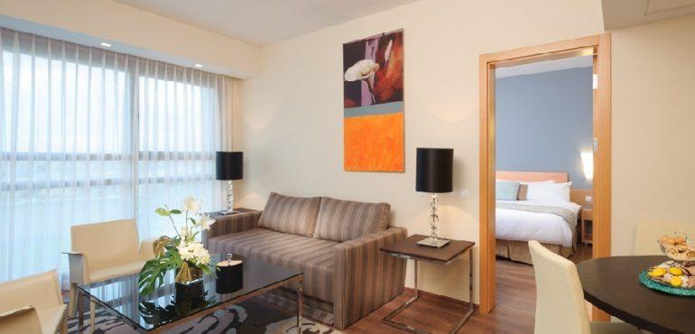 מלון לאונרדו פלאזה אשדוד – סלון בסוויטה