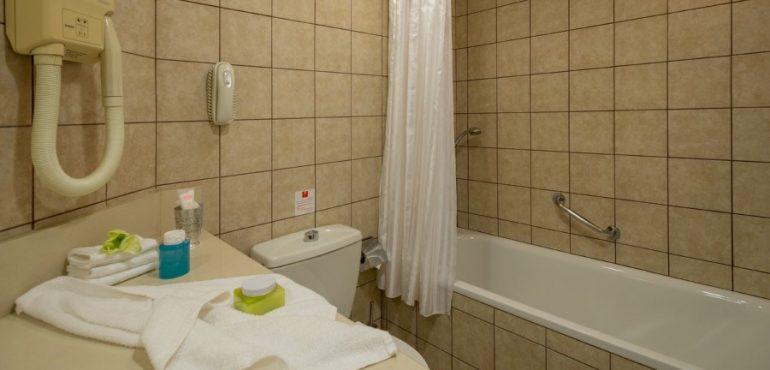 מלון לאונרדו קלאב הכל כלול ים המלח – חדר אמבטיה