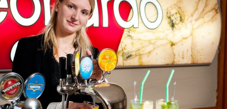 מלון לאונרדו קלאב הכל כלול ים המלח – לובי בר עם מגוון משקאות