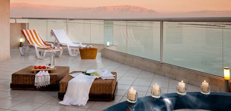 מלון לאונרדו קלאב הכל כלול ים המלח – מרפסת מפנקת בסוויטת דלקס