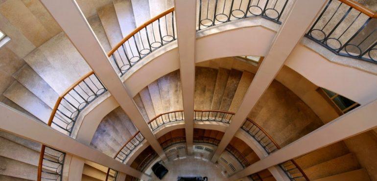 מלון סינמה תל אביב – מדרגות לולייניות