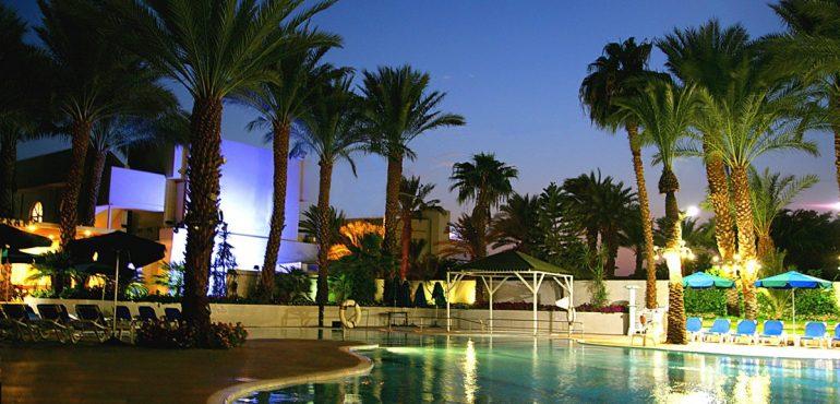 מלון קיסר פרמייר אילת – בריכת המלון בערב