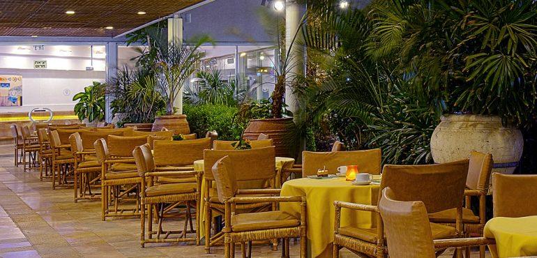 מלון קיסר פרמייר אילת – מרפסת הלובי הצופה אל הבריכה