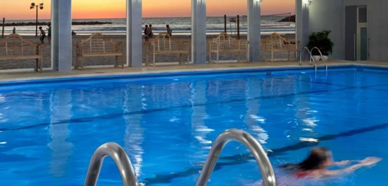 מלון רנסנס תל אביב – בריכה פנימית