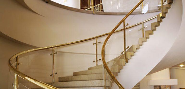 מלון רנסנס תל אביב – מדרגות בלובי