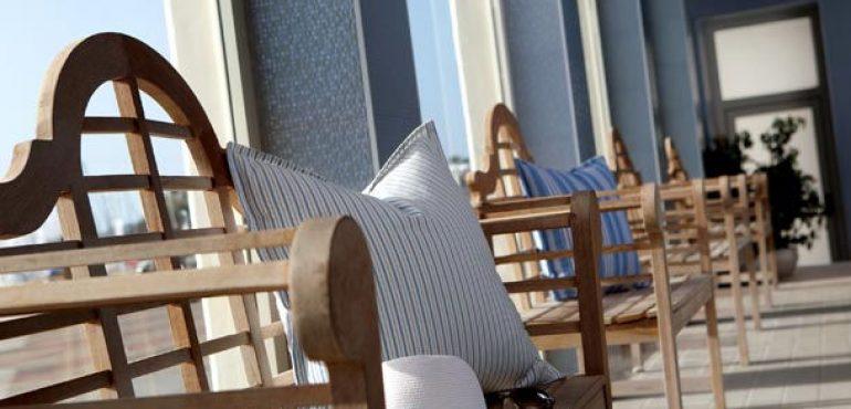 מלון רנסנס תל אביב – ספסלים באיזור הבריכה הפנימית